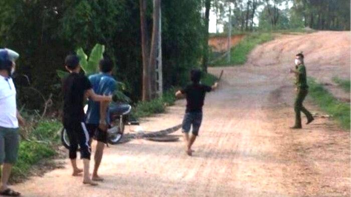 Con trai bị xử lý vì không đeo khẩu trang, bố và cậu cầm dao đuổi chém công an - 1