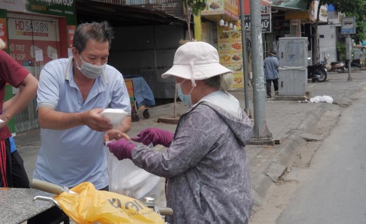 Những câu chuyện ấm tình người giữa tâm dịch Sài Gòn - 3