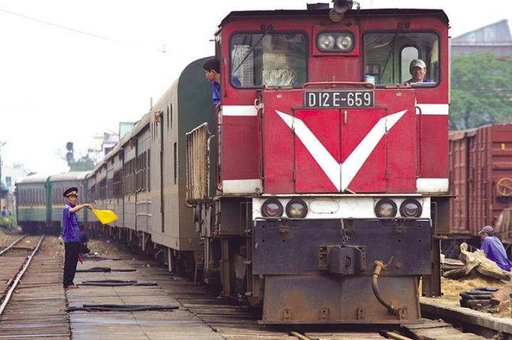 Doanh thu vận tải đường sắt giảm gần 50% do COVID-19 - 1