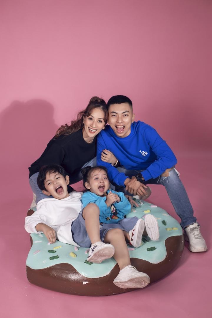 Ảnh: Gia đình Khánh Thi, Phan Hiển tinh nghịch trong bộ ảnh mùa hè - 1