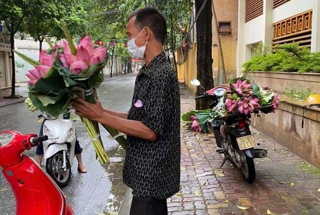 Bán hoa ở khu vực giãn cách xã hội, người đàn ông ở Hải Dương bị phạt 3 triệu - 1