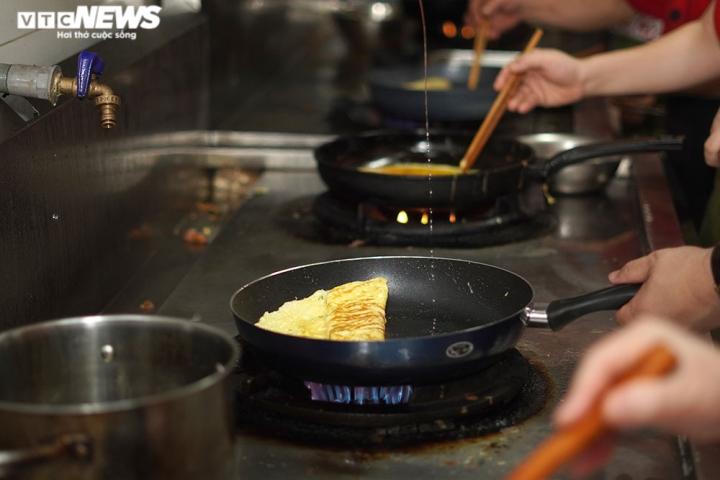 Giám khảo Masterchef Vietnam chế biến 600 suất ăn mỗi ngày gửi vào tâm dịch - 2