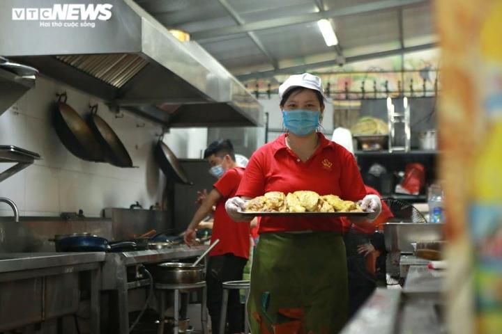 Giám khảo Masterchef Vietnam chế biến 600 suất ăn mỗi ngày gửi vào tâm dịch - 4