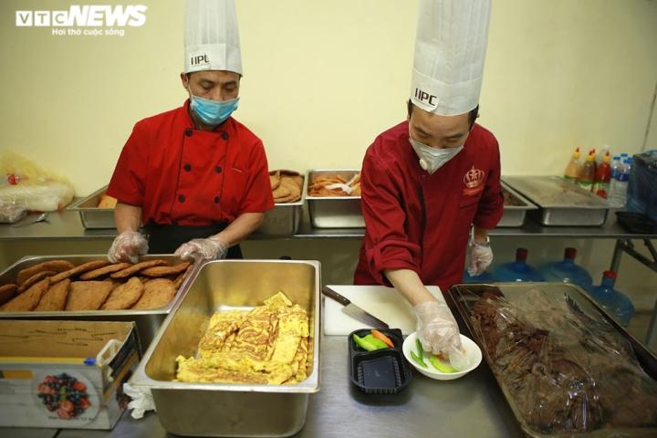 Giám khảo Masterchef Vietnam chế biến 600 suất ăn mỗi ngày gửi vào tâm dịch - 6
