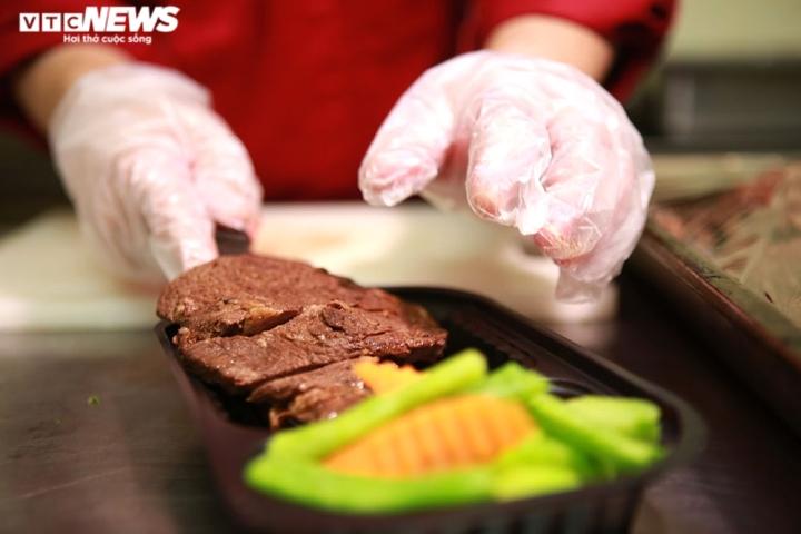 Giám khảo Masterchef Vietnam chế biến 600 suất ăn mỗi ngày gửi vào tâm dịch - 7