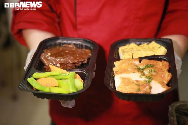 Giám khảo Masterchef Vietnam chế biến 600 suất ăn mỗi ngày gửi vào tâm dịch - 10