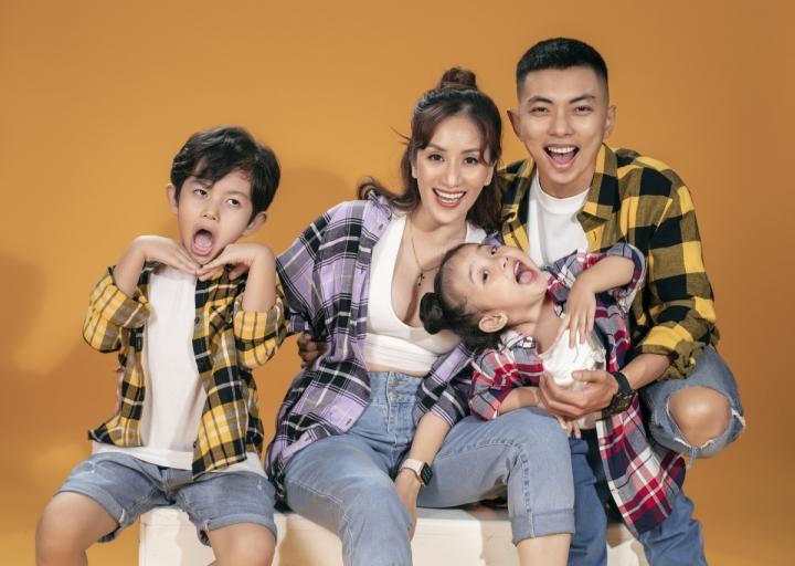 Ảnh: Gia đình Khánh Thi, Phan Hiển tinh nghịch trong bộ ảnh mùa hè