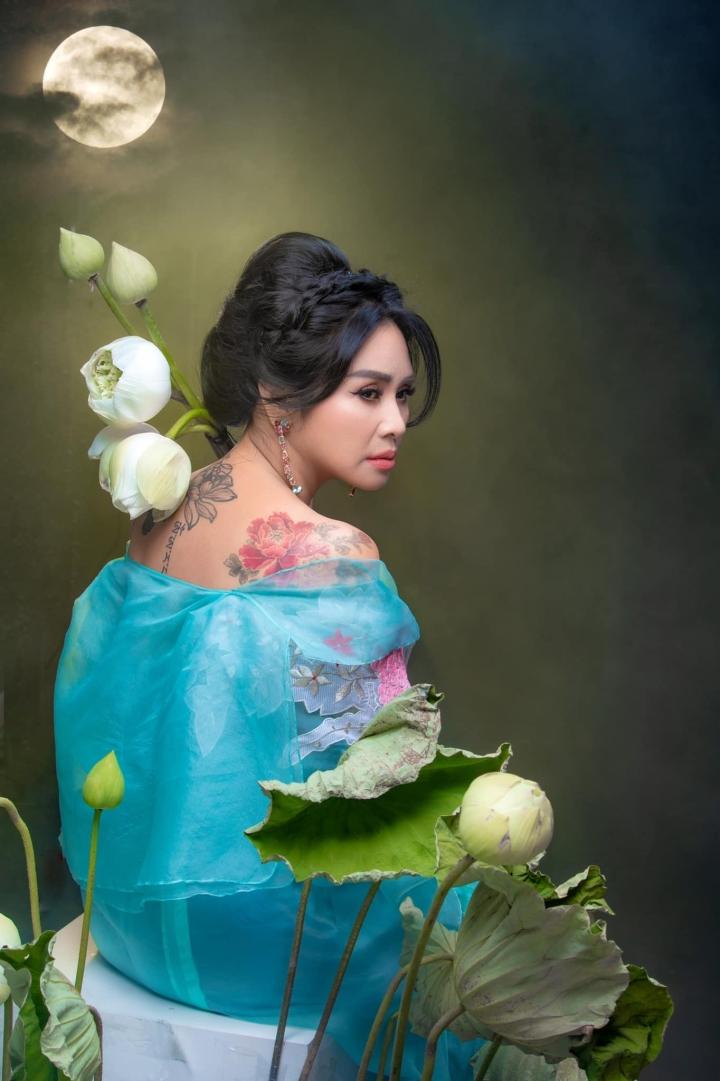 Ngắm người đàn bà đẹp Thanh Lam bên hoa sen - 10
