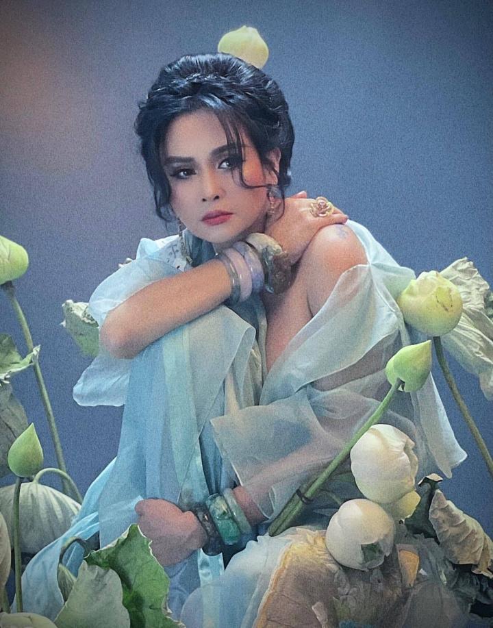 Ngắm người đàn bà đẹp Thanh Lam bên hoa sen - 6