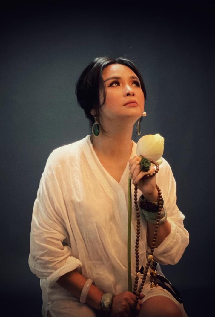 Ngắm người đàn bà đẹp Thanh Lam bên hoa sen - 3
