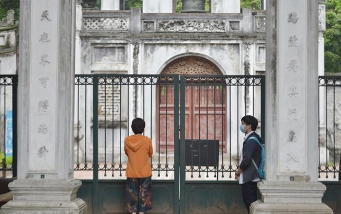 Ảnh: Thí sinh, phụ huynh vái vọng cầu may tại Văn Miếu trước ngày thi lớp 10