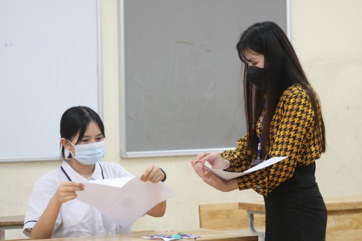 Trời mát mẻ, thí sinh Hà Nội thoải mái bước vào ngày thi thứ hai vào lớp 10