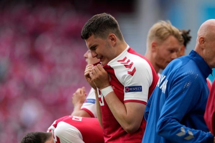 Eriksen đột quỵ: Cầu thủ, khán giả rơi nước mắt cầu nguyện