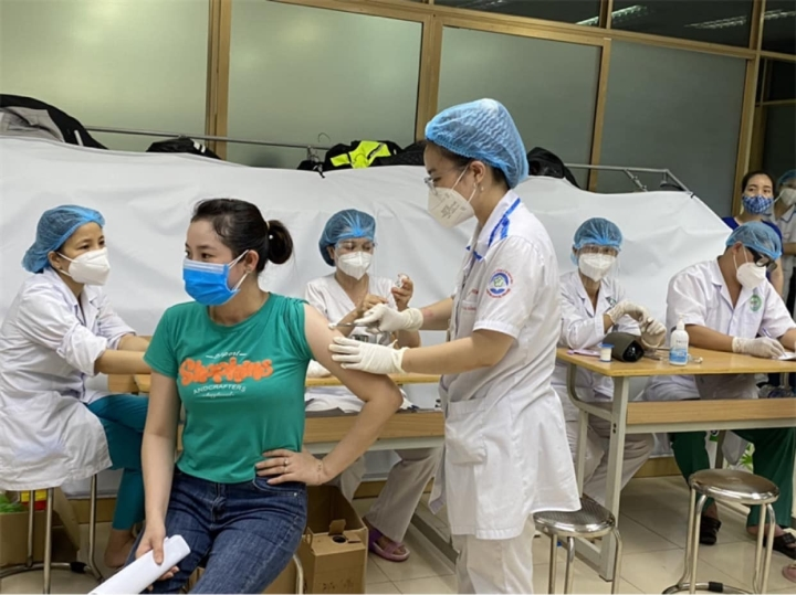 Tiêm vaccine COVID-19 phải sốt, đau người mới sinh kháng thể: Chuyên gia nói gì? - 3