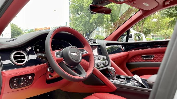Bentley Bentayga V8 2021 với nội thất màu đặc biệt tại Việt Nam - 13