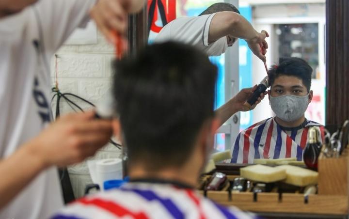 Hà Nội: Dịch vụ cắt tóc, gội đầu, quán ăn được mở lại từ 0h ngày 22/6 - 1