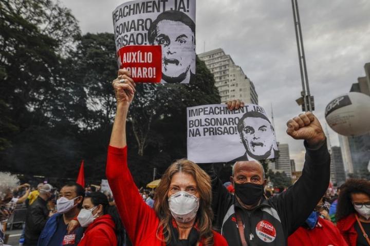 بیش از نیم میلیون نفر در اثر COVID-19 جان خود را از دست دادند ، برزیلی ها به خشونت اعتراض کردند - 1