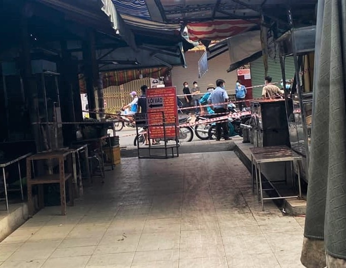 TP.HCM phong tỏa tạm thời chợ Tân Hương liên quan ca nghi mắc COVID-19 - 1
