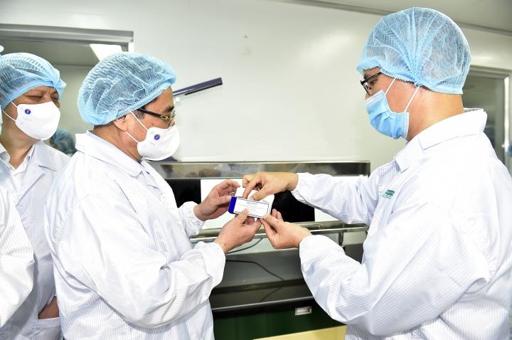 Thủ tướng: Chậm nhất tháng 6/2022 phải có vaccine COVID-19 sản xuất trong nước - 1