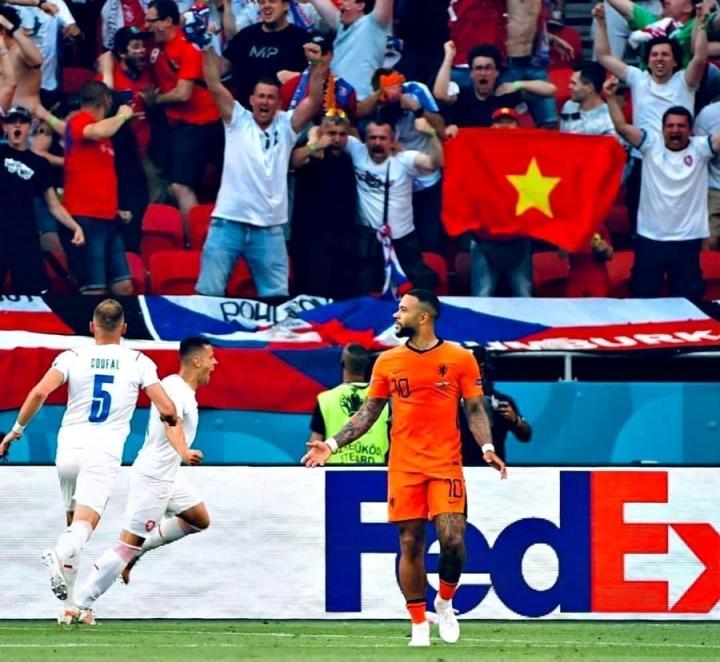 Sao phải tranh cãi khi cờ Việt Nam xuất hiện ở EURO 2020? - 2