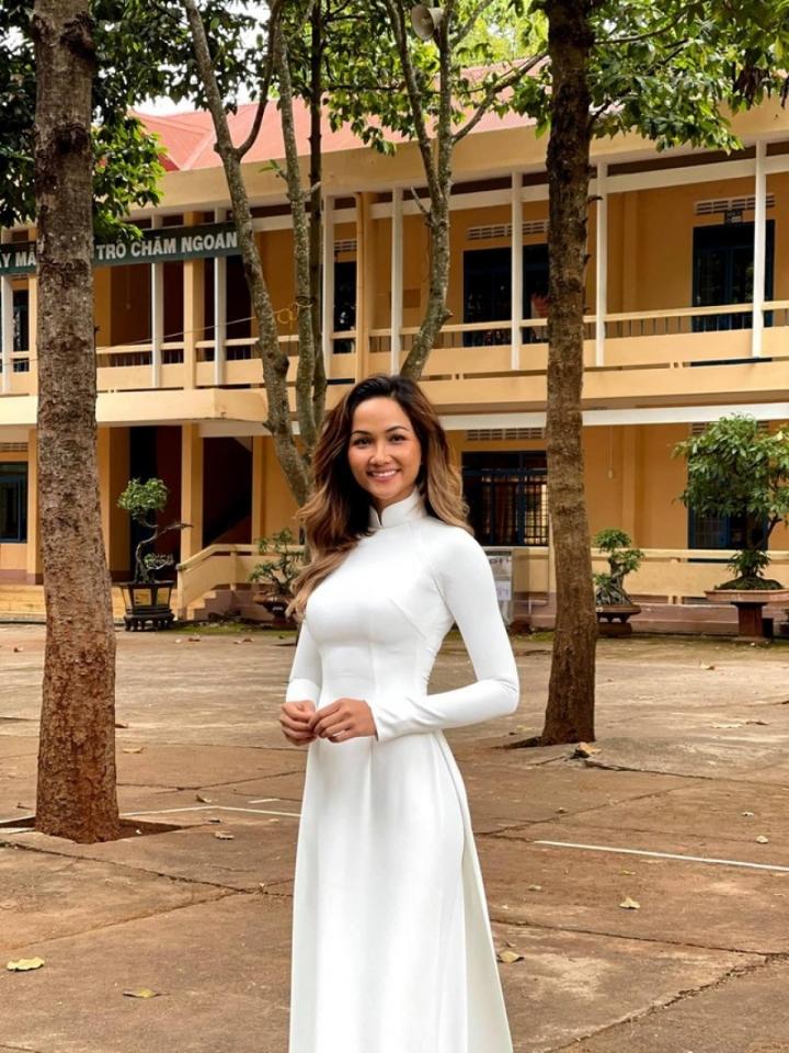Các nàng hậu mặc áo dài trắng, gửi lời chúc đến sĩ tử thi tốt nghiệp THPT - 3