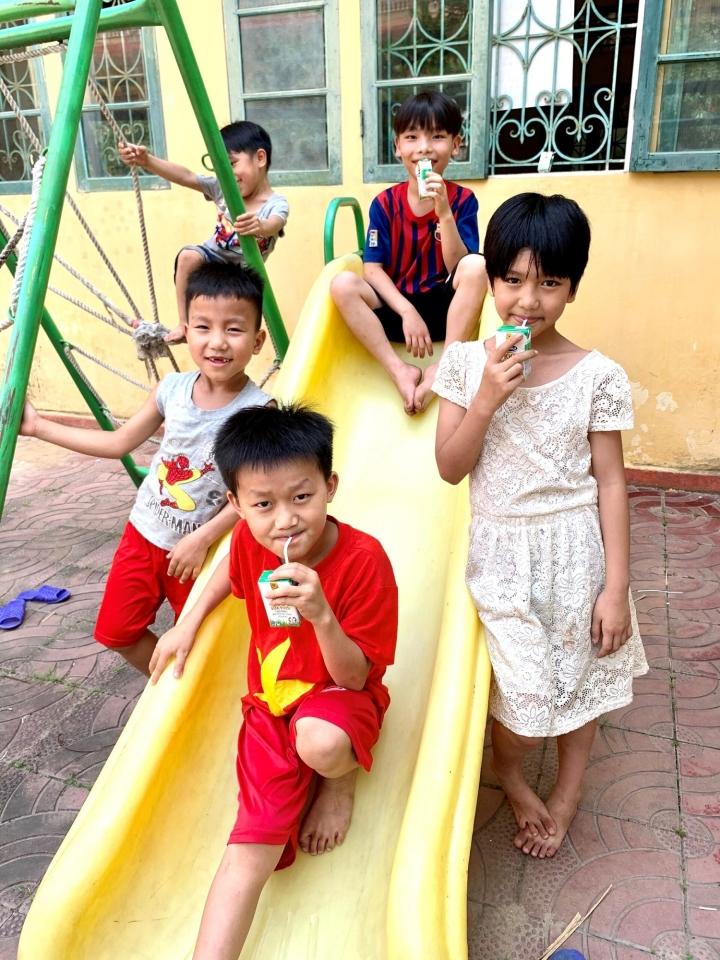 Quỹ sữa Vươn cao Việt Nam mang lại nụ cười hạnh phúc cho trẻ thơ trong mùa dịch - 1