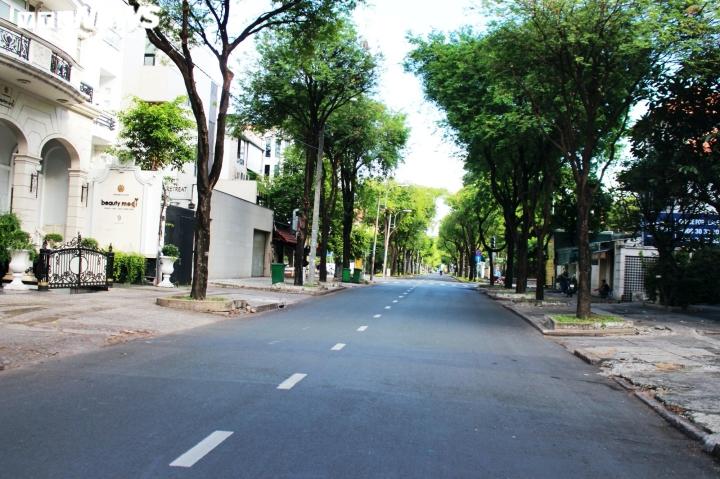 Ảnh: Đường phố vắng lặng trong ngày đầu TP.HCM giãn cách theo Chỉ thị 16 - 9