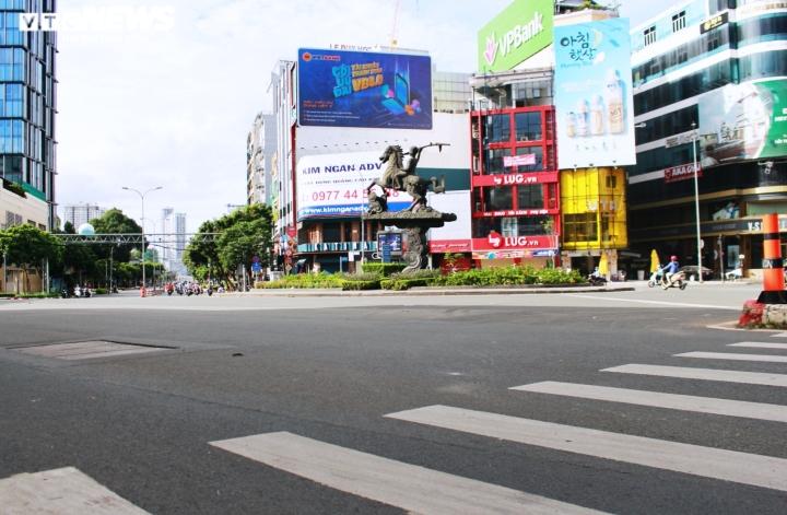 Ảnh: Đường phố vắng lặng trong ngày đầu TP.HCM giãn cách theo Chỉ thị 16 - 13