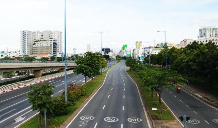 Ảnh: Đường phố vắng lặng trong ngày đầu TP.HCM giãn cách theo Chỉ thị 16 - 2