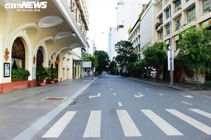 Ảnh: Đường phố vắng lặng trong ngày đầu TP.HCM giãn cách theo Chỉ thị 16 - 4