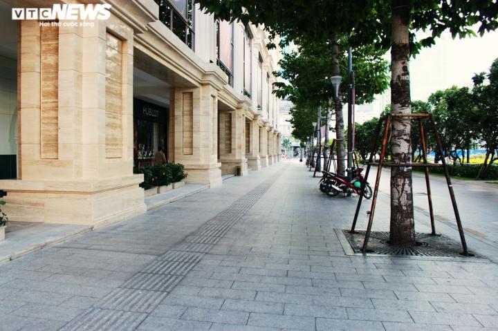 Ảnh: Đường phố vắng lặng trong ngày đầu TP.HCM giãn cách theo Chỉ thị 16 - 5