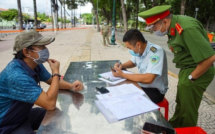 Sau 8 ngày, TP.HCM xử phạt người vi phạm Chỉ thị 16 gần 15 tỷ đồng - 1