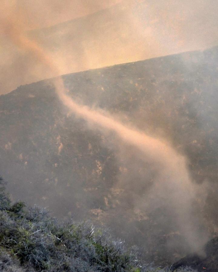 Ảnh: Hiện tượng thời tiết quái dị do cháy rừng ở Mỹ - 5
