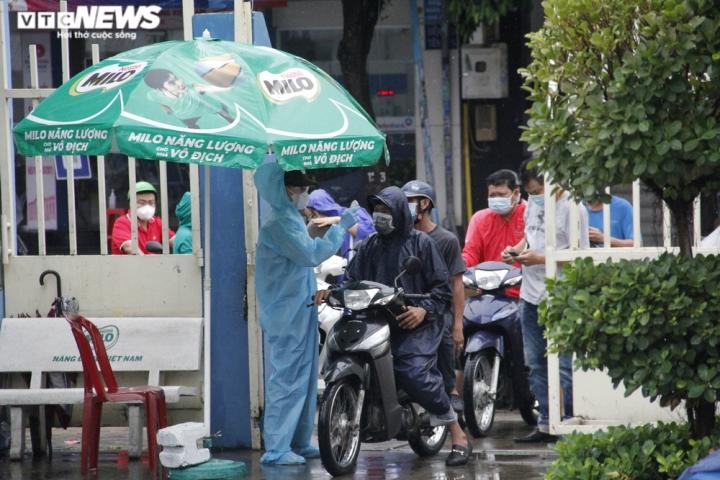 Người dân TP.HCM đội mưa đi tiêm vaccine COVID-19 đợt 5
