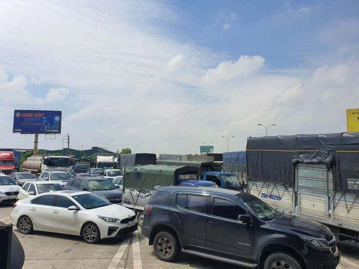 Video: Cao tốc Pháp Vân-Cầu Giẽ ùn ứ dài vì ô tô phải quay đầu không vào Hà Nội