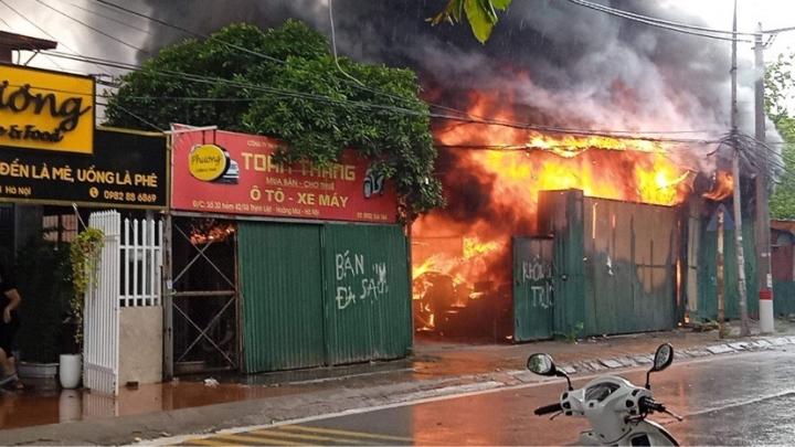 Hà Nội: Kho hàng cháy ngùn ngụt nghi do đốt vàng mã - 1