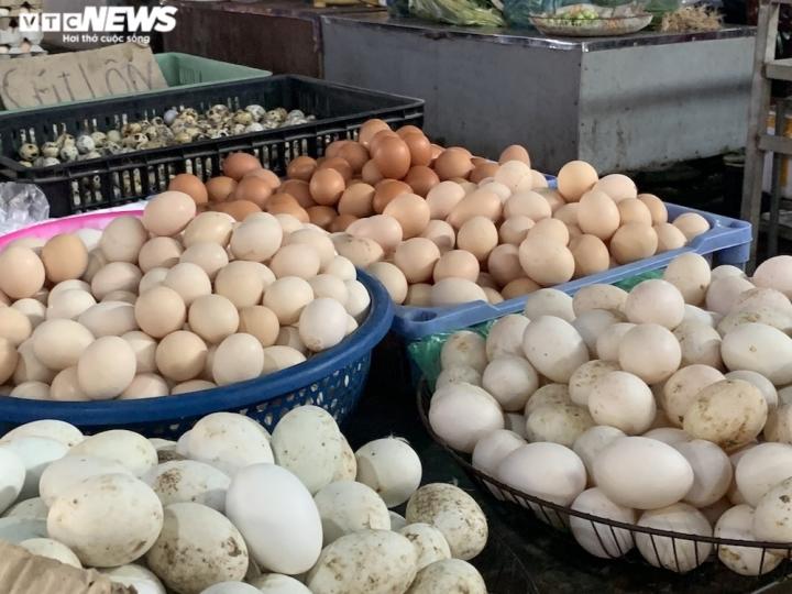 Trứng gà giá tăng cao vẫn đắt khách ở chợ Hà Nội