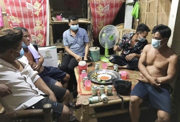 Ăn nhậu trong lúc giãn cách, 5 người bị phạt 75 triệu đồng