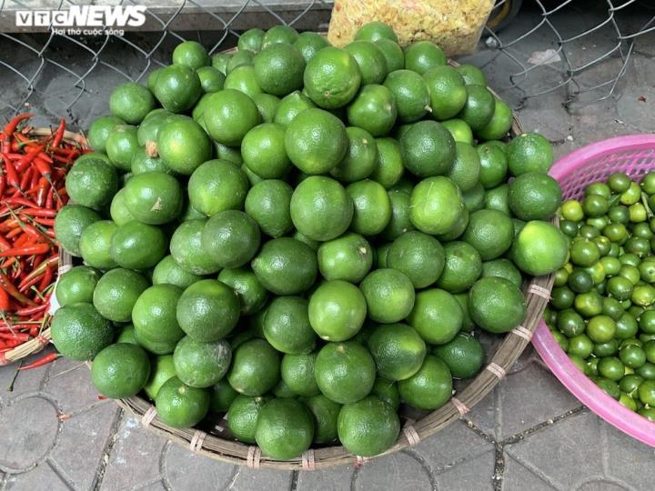 Hoa quả tươi đắt khách, cam tăng tới chục giá ở nhiều chợ Hà Nội - 11