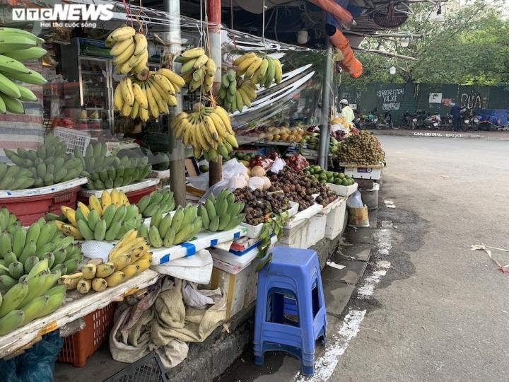 Hoa quả tươi đắt khách, cam tăng tới chục giá ở nhiều chợ Hà Nội - 1