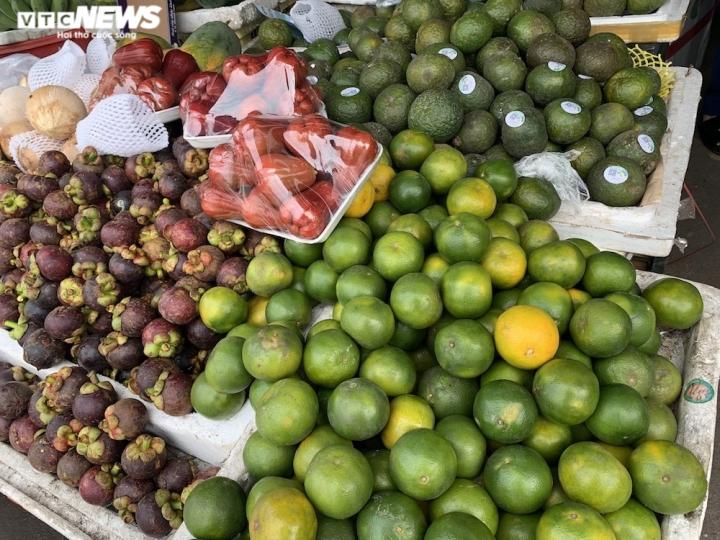 Hoa quả tươi đắt khách, cam tăng tới chục giá ở nhiều chợ Hà Nội - 6