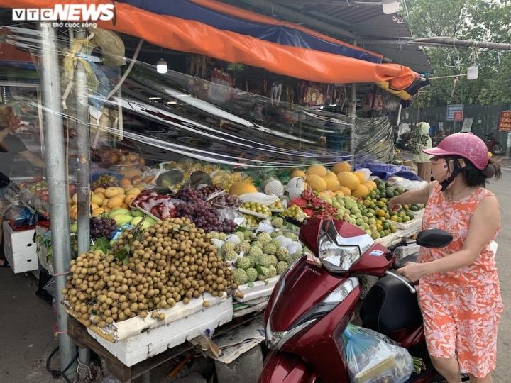 Hoa quả tươi đắt khách, cam tăng tới chục giá ở nhiều chợ Hà Nội - 7