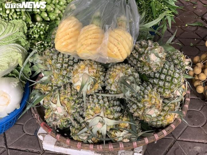 Hoa quả tươi đắt khách, cam tăng tới chục giá ở nhiều chợ Hà Nội - 2