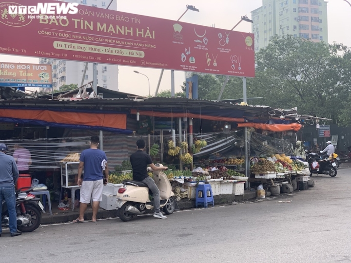 Hoa quả tươi đắt khách, cam tăng tới chục giá ở nhiều chợ Hà Nội - 5