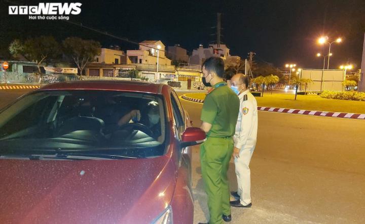 Đêm đầu tiên Đà Nẵng giãn cách xã hội: Mọi người ra đường không lý do bị mời về - 4