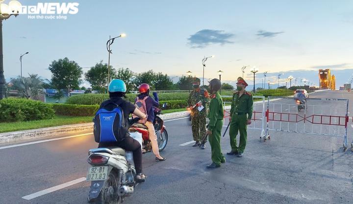 Đêm đầu tiên Đà Nẵng giãn cách xã hội: Mọi người ra đường không lý do bị mời về - 1