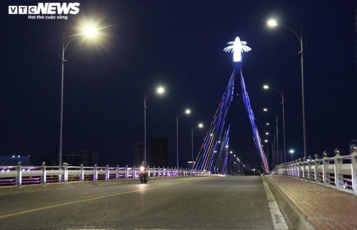 Đêm đầu tiên Đà Nẵng giãn cách xã hội: Mọi người ra đường không lý do bị mời về - 9