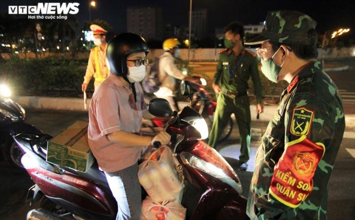 Đêm đầu tiên Đà Nẵng giãn cách xã hội: Mọi người ra đường không lý do bị mời về - 5