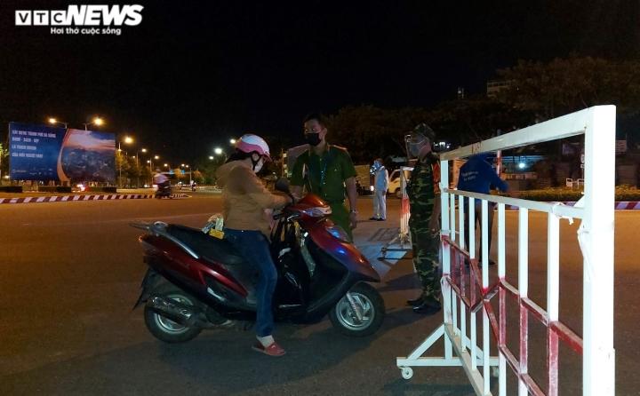 Đêm đầu tiên Đà Nẵng giãn cách xã hội: Mọi người ra đường không lý do bị mời về - 6