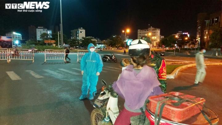 Đêm đầu tiên Đà Nẵng giãn cách xã hội: Mọi người ra đường không lý do bị mời về - 3